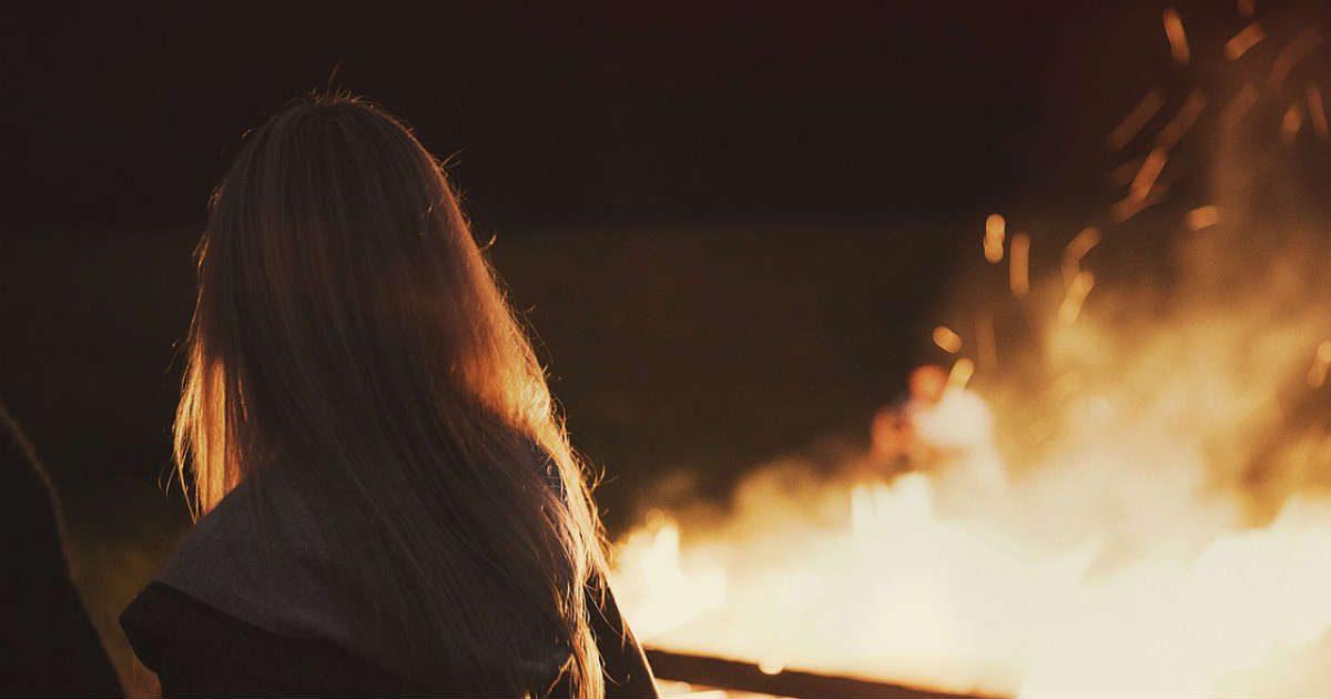 devojka ispred logorske vatre